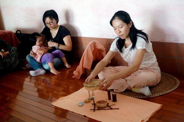老师以木块做为想象的偶,展开一场惊喜又温馨的石头汤偶剧。