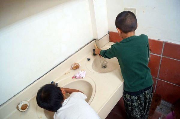请孩子协助清理善后 参与日常的工作 对生命觉有良好的影响