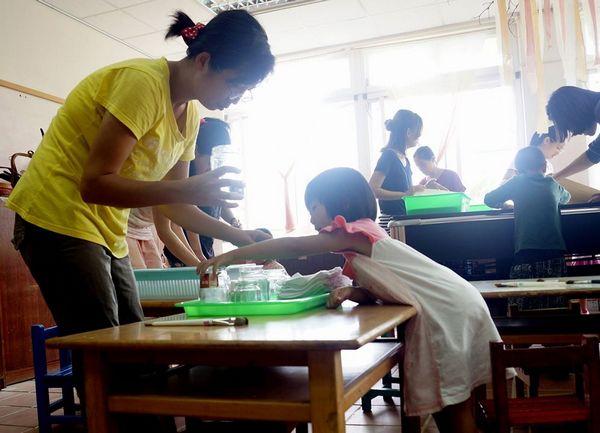 请孩子协助于罐子装3/4的洗笔水