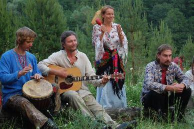 居民同聚,共享音乐飨宴。