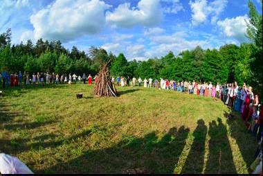 大伙围聚在准备燃烧的营火边,庆祝夏至的来临。