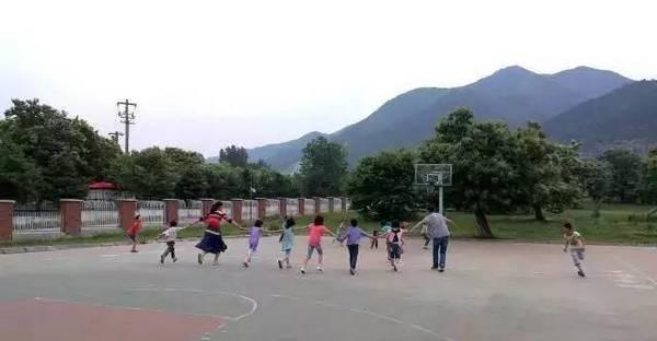 终南山自然学校王春龙老师和孩子们在体育、游戏课堂上