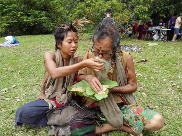 朴门与妻子的生活非常简朴,两人在用餐时不用筷子、汤匙或叉子,而是用双手去品嚐食物最真实的味道。