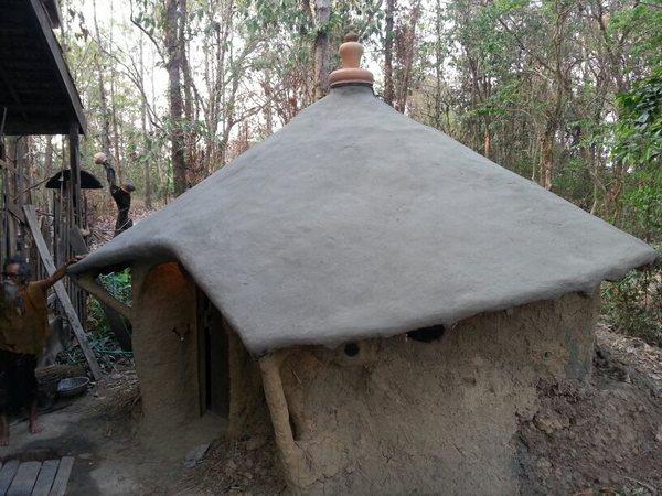 """建造土屋的材料包括树枝、绳子、黄泥、稻草、水和牛粪,1至2个月的时间就能完成。""""我与妻子在泰国居住的土屋花了一个月建立。""""朴门说道。"""