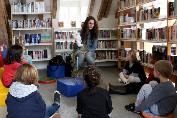 Les Petites Lumières (小光芒)的创办人Chiara Pastorini利用布偶与孩子对话。图片由 Chiara Pastorini/Les Petites Lumière提供