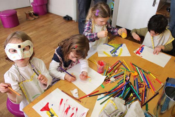 小孩子在画画。图片由 Chiara Pastorini/Les Petites Lumière提供
